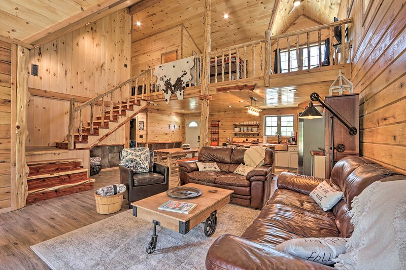 NEW! Cabin Near Wineries, Floating, Golf, Hunting!, alquiler vacacional en Steelville