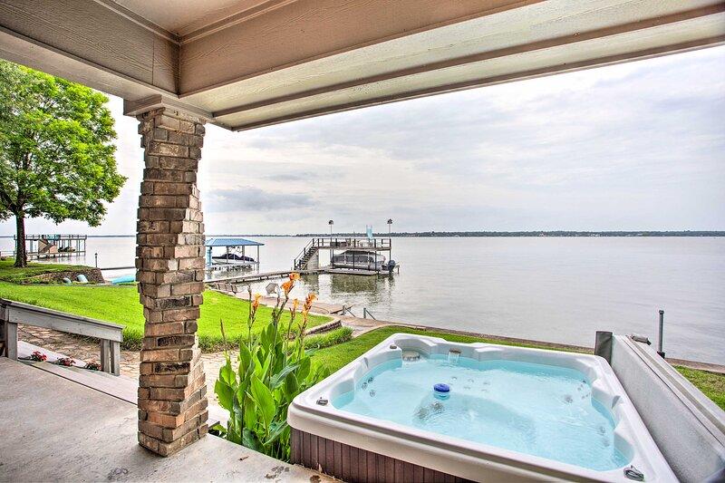 NEW! Cedar Creek Lake House w/ Private Hot Tub!, casa vacanza a Malakoff