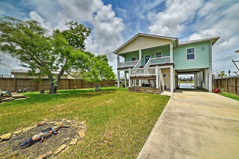 NEW! Waterfront Rockport Home w/ Dock & 2 Kayaks!, vacation rental in Fulton
