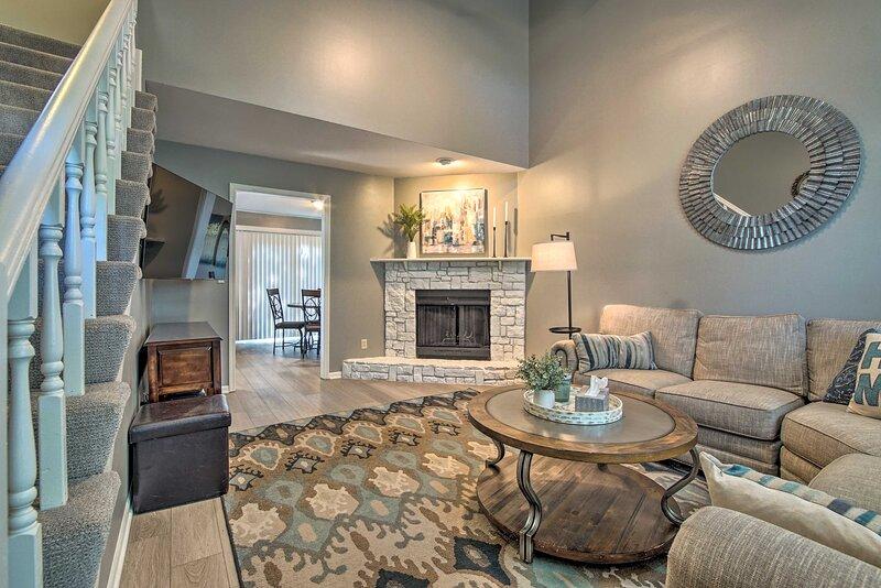 NEW! Modern Townhome w/ Fireplace: Near Stoll Park, location de vacances à Olathe