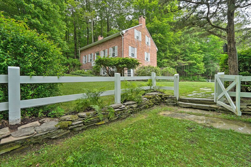 NEW! Rustic Farmhouse on 480 Acres w/ Fire Pit!, holiday rental in Rupert