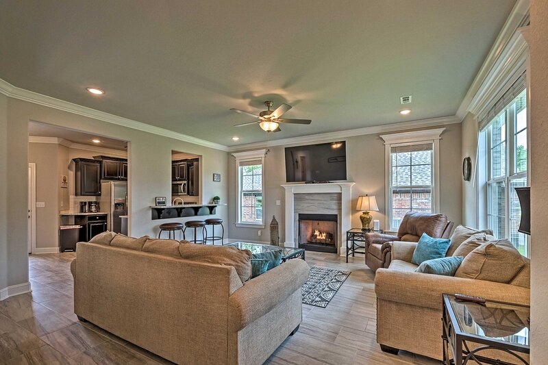 NEW! New Build by the Lake 8 Mi to Eureka Springs!, vacation rental in Holiday Island