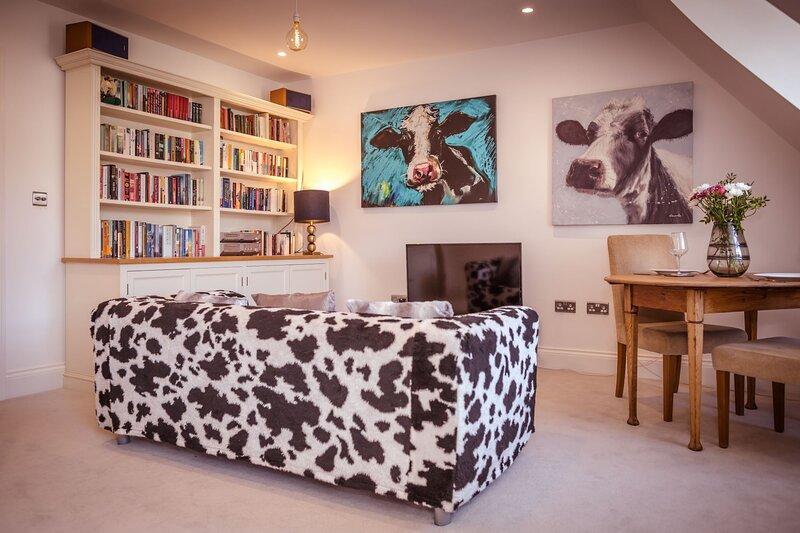 Artist's Loft - stylish 1-bed just 10 mins stroll from the beach, aluguéis de temporada em St Leonards-on-Sea