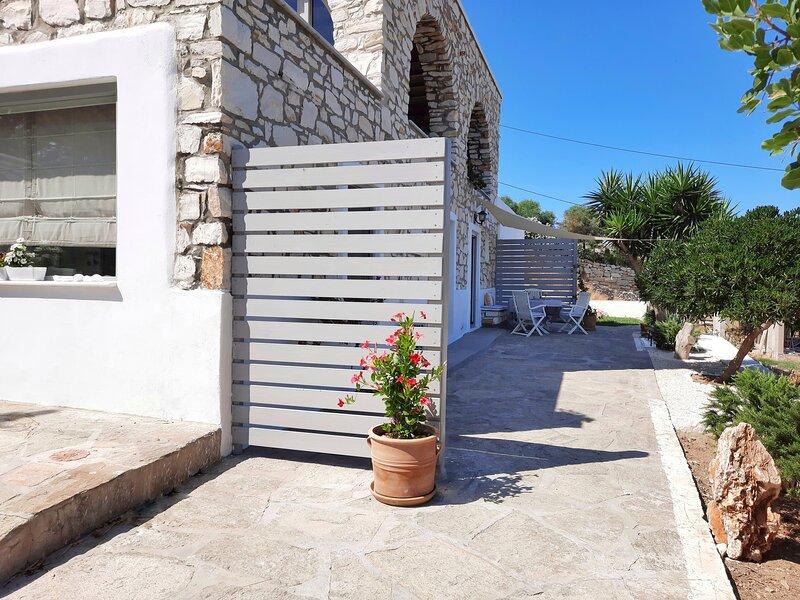 Koukounari Paros, Cottage apartment with sea view, holiday rental in Kolimpithres
