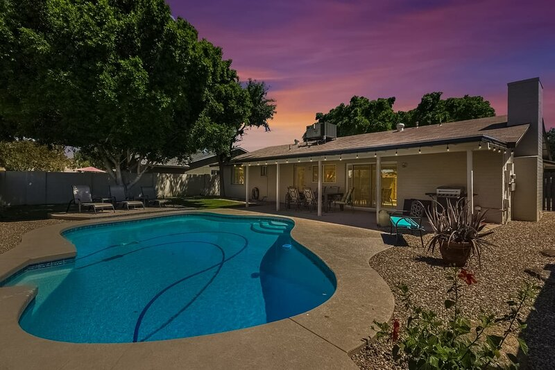 Tempe Remodel w/ Sparkling Pool and Game Room!, location de vacances à Guadalupe