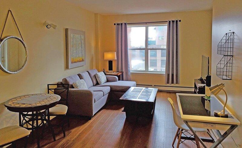 Prime Downtown Location - 1 Bedroom Suite with Free Parking, location de vacances à Halifax