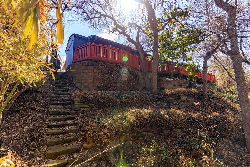 Entire House & Private Deck: Overlooks Creek & Woods, vacation rental in Richardson