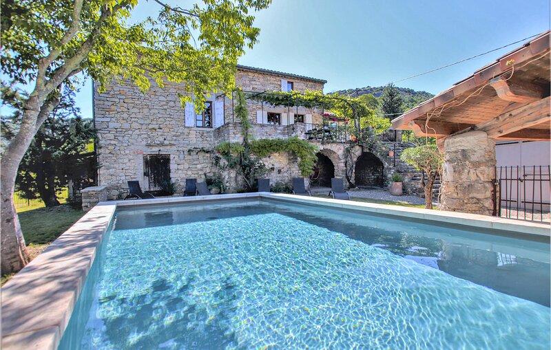 Nice home in Rochecolmbe with WiFi and 3 Bedrooms (FRA093), location de vacances à Villeneuve-de-Berg