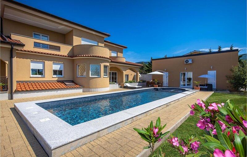 Awesome apartment in Smrika with Outdoor swimming pool, WiFi and 2 Bedrooms (CKA, aluguéis de temporada em Smrika