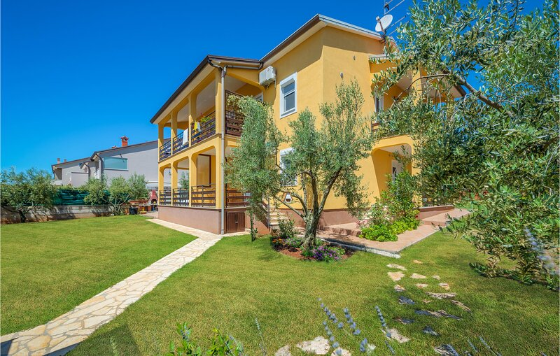 Beautiful apartment in Buzinija with WiFi and 2 Bedrooms (CIU773), holiday rental in Fiorini