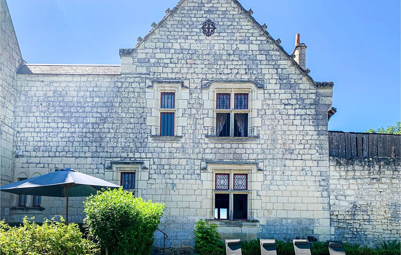 Stunning home in Chinon with WiFi and 3 Bedrooms (FEI018), vacation rental in Seuilly