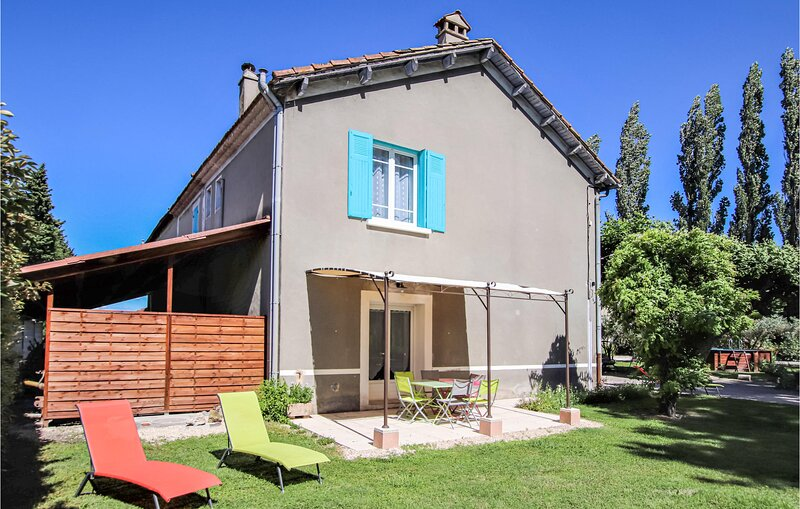 Stunning home in Verquières with WiFi and 3 Bedrooms (FPB321), vacation rental in Saint Andiol