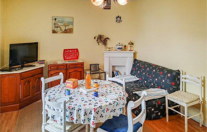 Nice home in Vildé-la-Marine, Hirel with 1 Bedrooms (FBI095), casa vacanza a Hirel