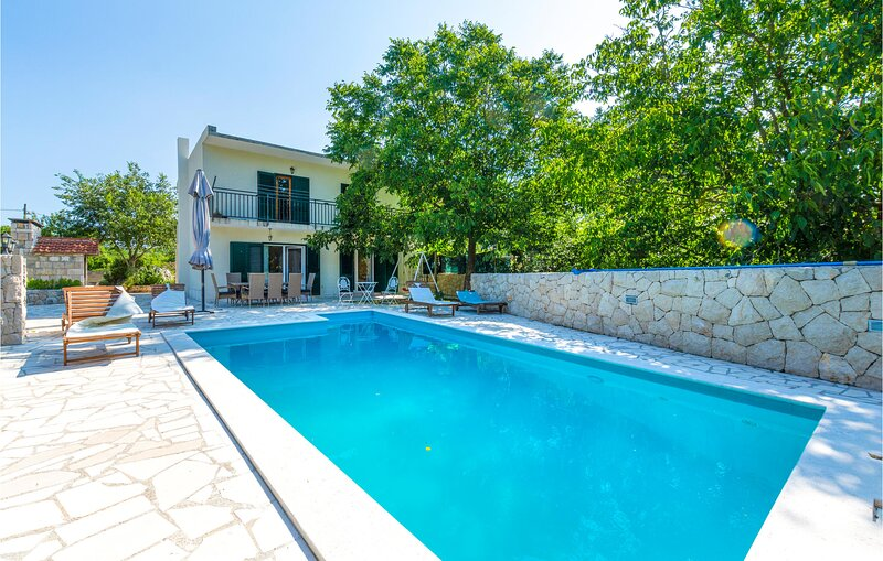 Stunning home in Donji Dolac with WiFi and 3 Bedrooms (CDE298), casa vacanza a Ugljane