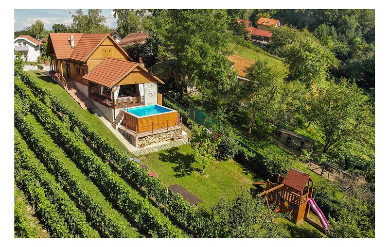Awesome home in Velika Buna with Jacuzzi, WiFi and 4 Bedrooms (CCC101), holiday rental in Glina