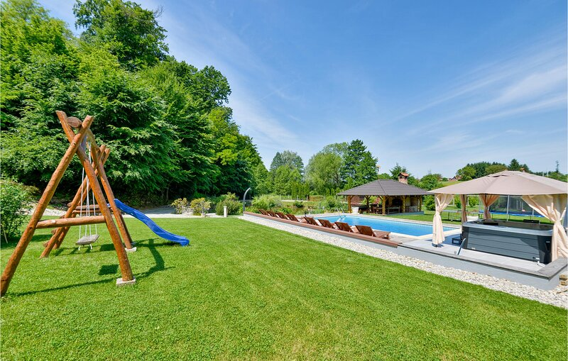 Awesome home in Kelemen with WiFi, 3 Bedrooms and Outdoor swimming pool (CCC062), casa vacanza a Varazdin County