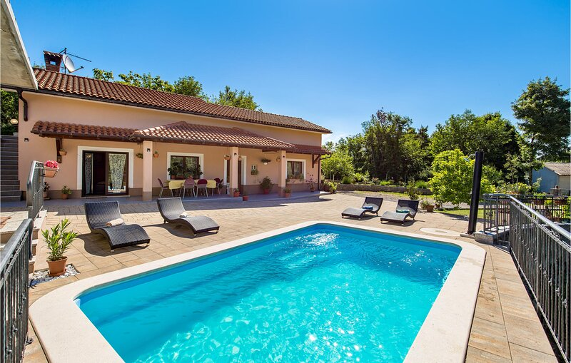 Awesome home in Veli Brgud with Outdoor swimming pool, WiFi and 2 Bedrooms (CKO0, location de vacances à Podgrad
