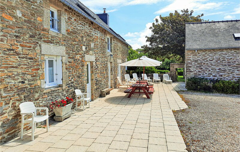 Beautiful home in Clohars Carnoet with WiFi and 4 Bedrooms (FBF463), holiday rental in Doelan
