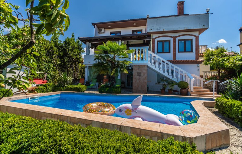 Amazing home in Buzet with WiFi and 2 Bedrooms (CIC546), holiday rental in Sovinjak