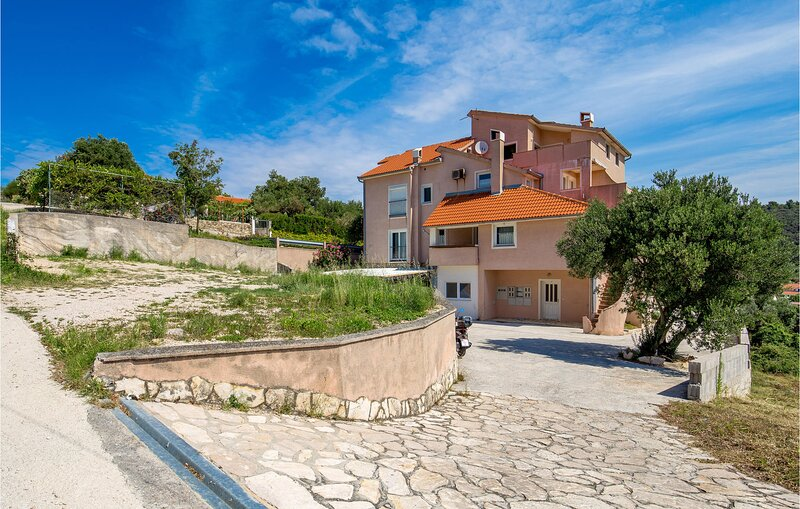 Nice home in Palit with WiFi and 1 Bedrooms (CKR586), holiday rental in Mundanije