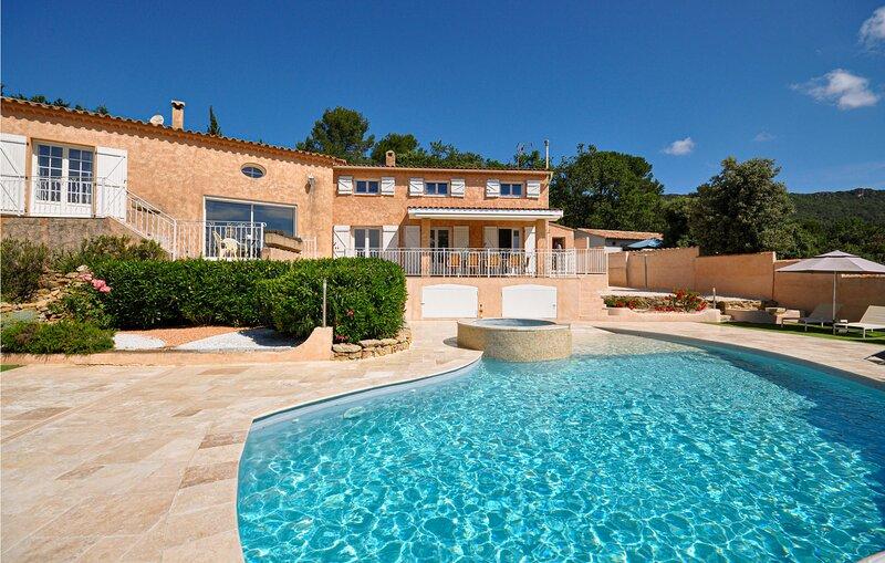 Ruime villa omgeven door een dennenbos. (FCV013), vacation rental in Forcalqueiret