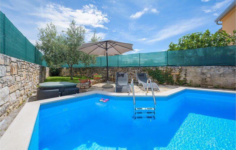 Amazing home in Visnjan with 2 Bedrooms (CIL996), casa vacanza a Fabci