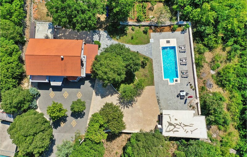 Nice home in Donji Vinjani with Outdoor swimming pool and 4 Bedrooms (CDC374), location de vacances à Posusje