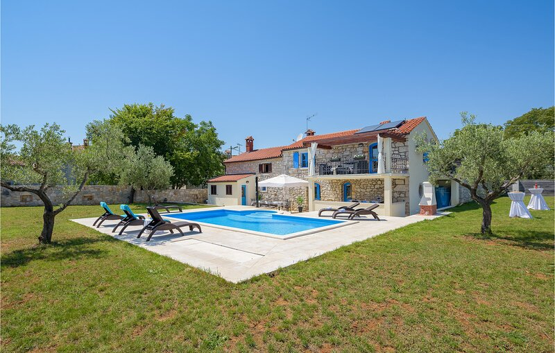 Stunning home in Mihelici with WiFi and 3 Bedrooms (CIE871), alquiler vacacional en Filipini