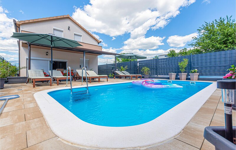 Nice home in Trilj with WiFi, 4 Bedrooms and Outdoor swimming pool (CDC040), casa vacanza a Trilj
