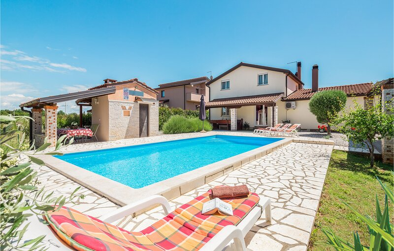 Amazing home in Visnjan with WiFi and 3 Bedrooms (CIC895), holiday rental in Nova Vas