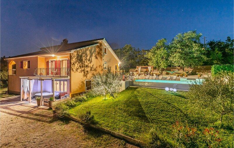 Beautiful home in Tinjan with WiFi and 4 Bedrooms (CIC143), casa vacanza a Tinjan