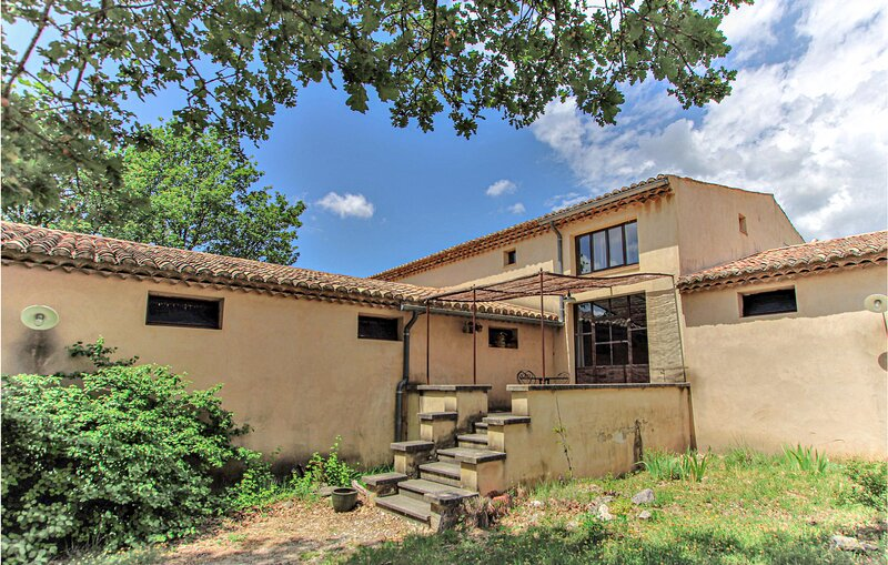 Beautiful home in Mazan with WiFi and 4 Bedrooms (FPV754), holiday rental in Mormoiron