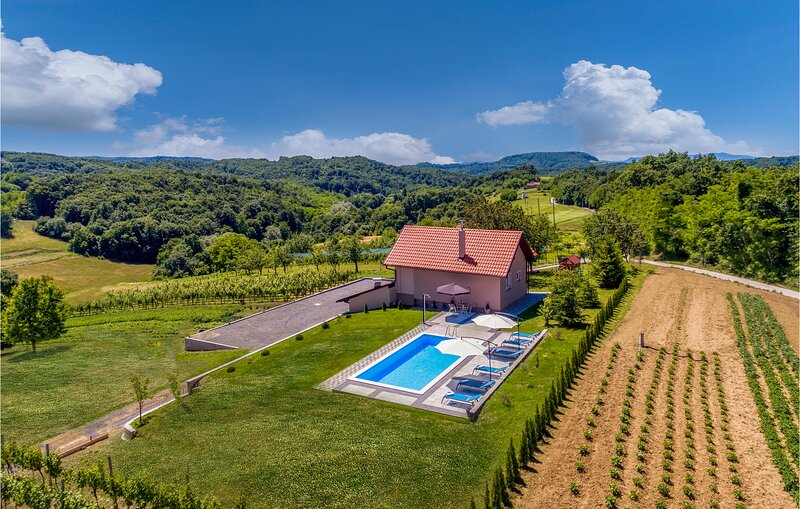 Beautiful home in Novi Marof with Outdoor swimming pool and 3 Bedrooms (CCC152), location de vacances à Sveti Martin