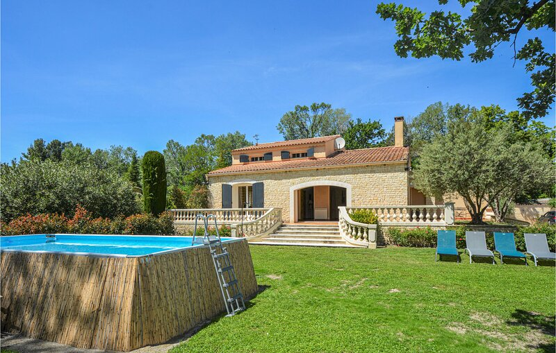 Nice home in Eyguières with Outdoor swimming pool, WiFi and 4 Bedrooms (FPB431), holiday rental in Senas