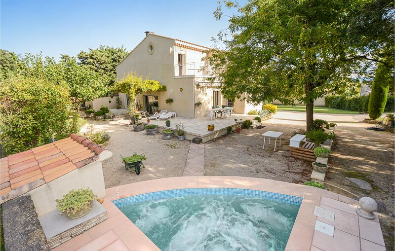 Amazing home in Pujaut with WiFi and 4 Bedrooms (FLG209), location de vacances à Châteauneuf-du-Pape