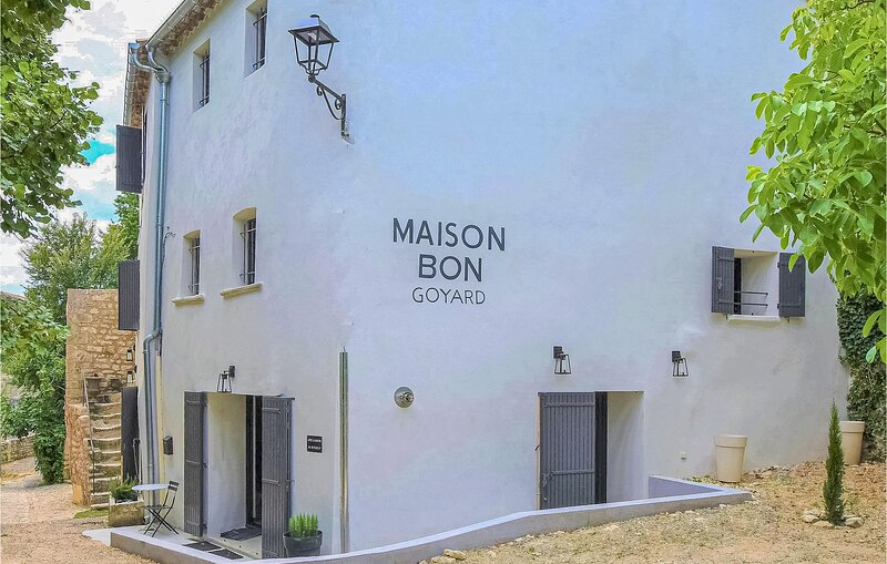 Amazing home in Monieux with 5 Bedrooms (FPV676), holiday rental in Monieux