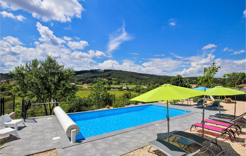 Awesome home in La Chap. sous Aubenas with WiFi, Outdoor swimming pool and 6 Bed, holiday rental in Saint-Sernin