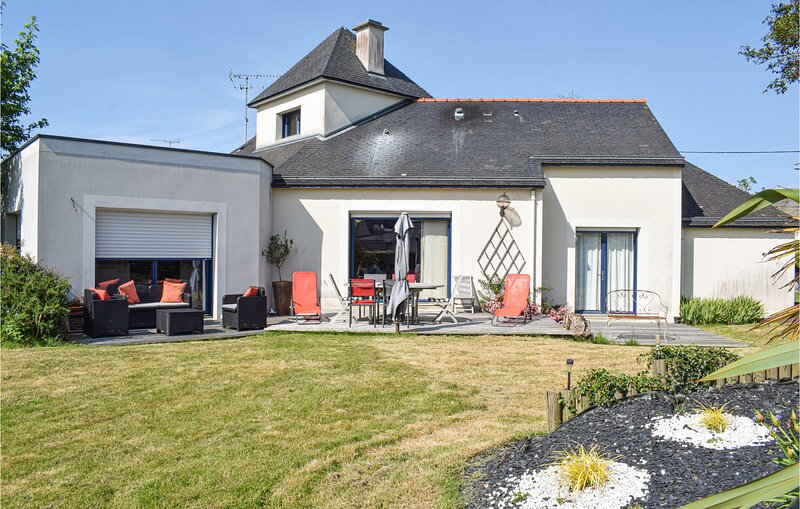 Nice home in Hillion with WiFi and 4 Bedrooms (FBC714), location de vacances à Morieux