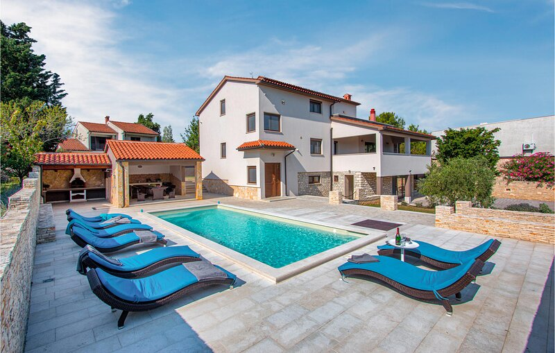 Awesome home in Premantura with WiFi and 5 Bedrooms (CIA186), holiday rental in Premantura