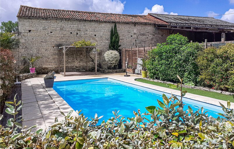 Nice home in Fontenille St.Martin with 1 Bedrooms (FJD034), location de vacances à Couture-d'Argenson