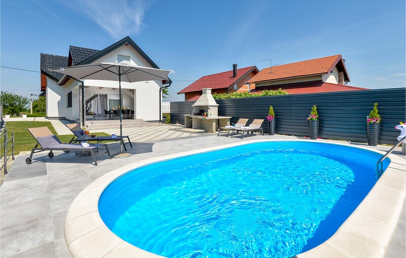 Stunning home in Varazdin Breg with Outdoor swimming pool, WiFi and 2 Bedrooms (, holiday rental in Varazdin County