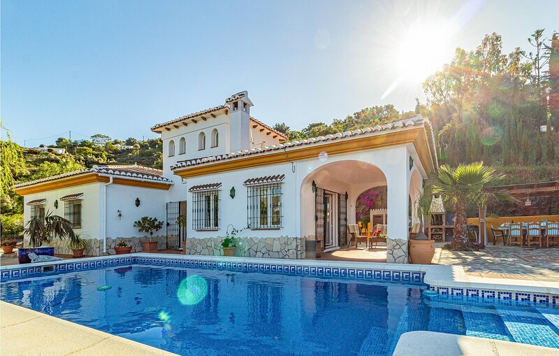 Amazing home in Cómpeta with WiFi and 3 Bedrooms (EAS129), holiday rental in Sayalonga