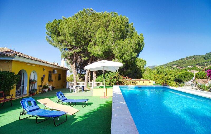 Beautiful home in Urbanización Pinos de with Outdoor swimming pool, WiFi and 4, holiday rental in Pinos de Alhaurin
