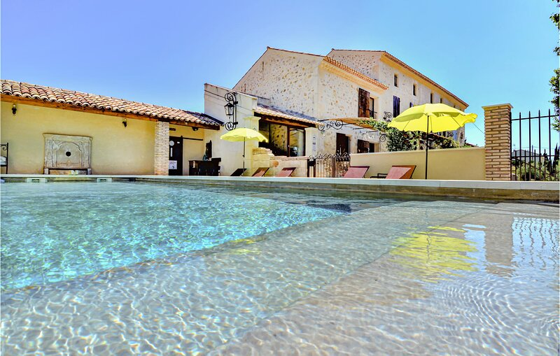 Awesome home in Vallabregues with Outdoor swimming pool, Jacuzzi and 6 Bedrooms, aluguéis de temporada em Montfrin