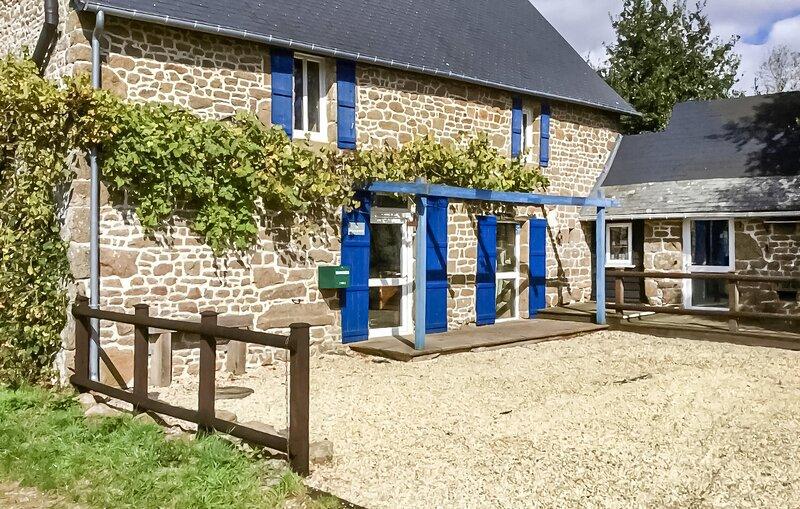 Stunning home in Colombiers du Plessis with 3 Bedrooms (FVA037), aluguéis de temporada em Ernee