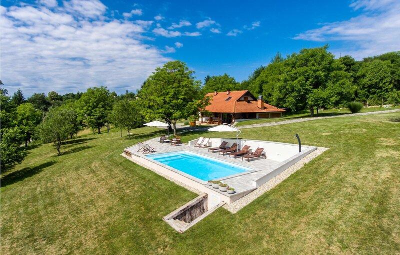 Nice home in Glina w/ WiFi and 3 Bedrooms (CCC047), casa vacanza a Sisak-Moslavina County