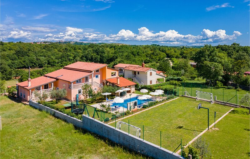 Nice home in Buje with WiFi and 3 Bedrooms (CIC540), location de vacances à Gamboci