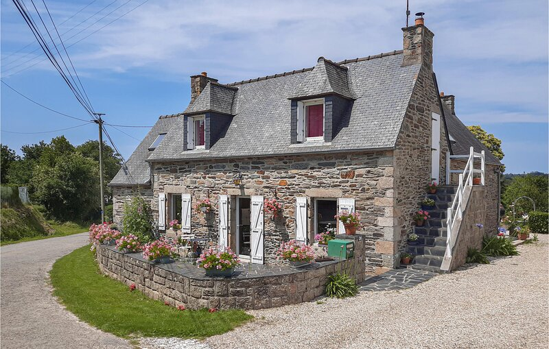 Nice home in Morlaix with WiFi and 3 Bedrooms (FBF507), location de vacances à Plouigneau