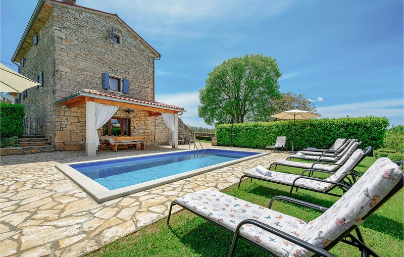 Beautiful home in Pamici with WiFi and 4 Bedrooms (CIL964), holiday rental in Prkacini