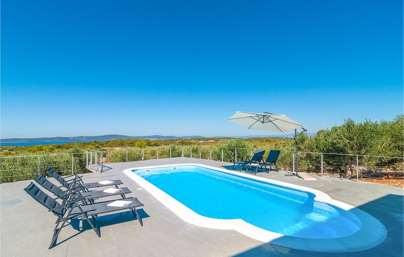 Amazing home in Sutivan with WiFi and 3 Bedrooms (CDB638), casa vacanza a Lozisce